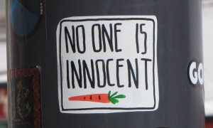sticker 'no one is innocent', Boedapest