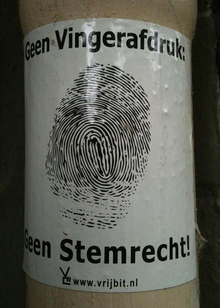 sticker 'Geen vingerafdruk geen stemrecht' www.vrijbit.nl