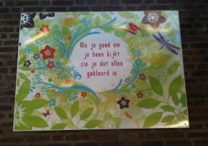 'Als je goed om je heen kijkt, zie je dat alles gekleurd is', poster St Nicolaaslyceum, Amsterdam