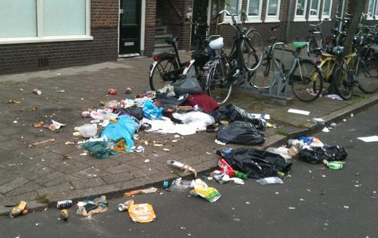 'opengescheurde vuilniszakken'