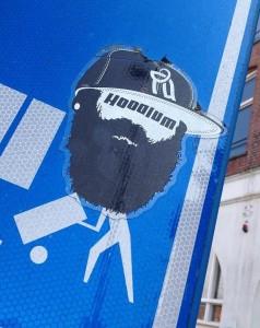 sticker Hoodlum Amsterdam op verkeersbord