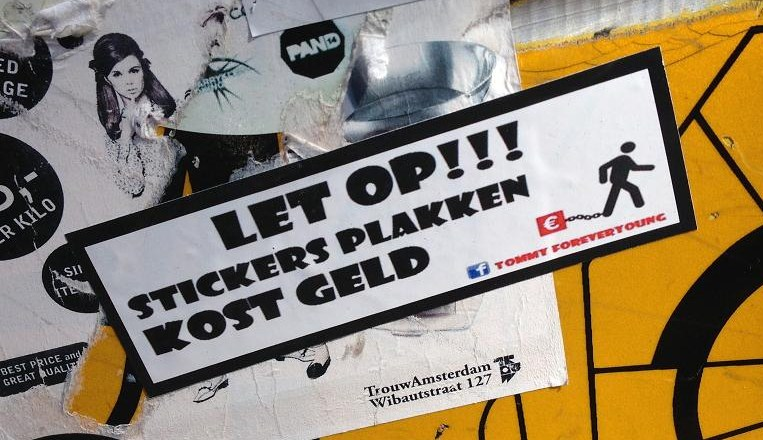 sticker let op stickers plakken kost geld Tommy Forever young