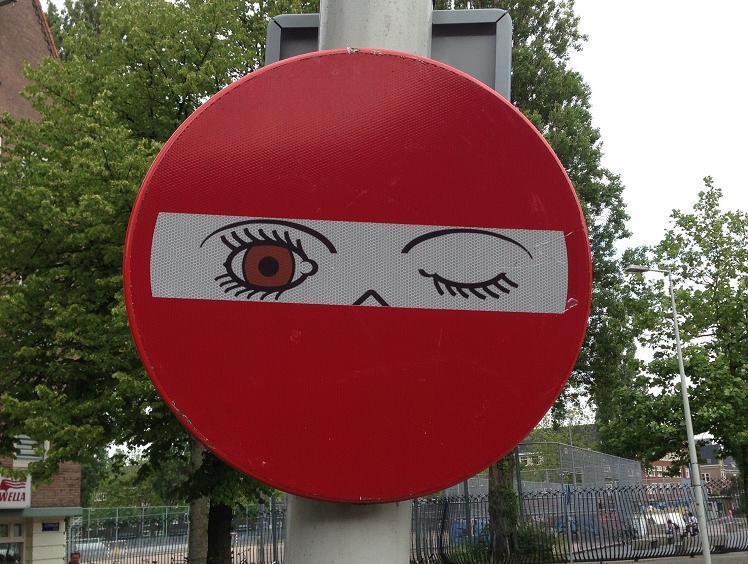 sticker knipoog op verkeersbord Amsterdam Olympiaplein 2013