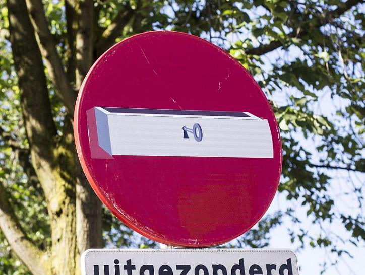 sticker lade kast op verkeersbord Maarten Brante Amsterdam 2013
